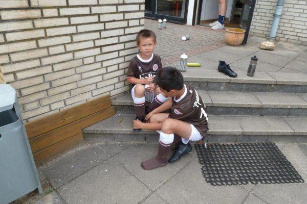 Keno muss seinem Bruder die Schuhe binden